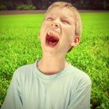 Skrika för unge som är utomhus- Arkivfoto