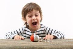 Skrika för litet barn av glädje Arkivfoton