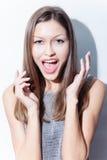 Skrika för ung kvinna som är glat Royaltyfri Bild