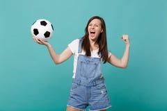 Skrika galet fotbollsfanjubel för ung kvinna upp det isolerade favorit- laget för service med fotbollbollen som gör vinnaregest arkivfoto