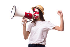 Skrika på den kroatiska fotbollsfan för megafonen i modigt stötta av Kroatienlandslaget Arkivfoton