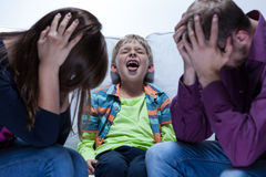 Skrika pojken med bildande problem Arkivfoto