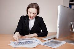 Skrikig affärskvinna med den finansiella rapporten Royaltyfri Fotografi