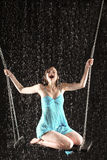 Skrikig flicka i klänningplats på swing Royaltyfri Bild