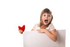Skrikig rolig flicka med ett bräde för att skriva röd hjärta i han Royaltyfri Bild