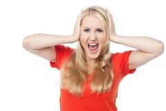 Skrikig ung kvinna som rymmer hennes huvud Arkivfoton