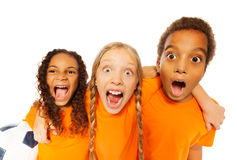 Skrikiga lyckliga ungar för fotbolllag Royaltyfri Bild