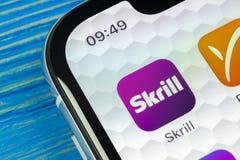 Skrill在苹果计算机iPhone x智能手机屏幕特写镜头的应用象 Skrill app象 Skrill是一网上电子财务paym 免版税库存照片