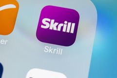 Skrill在苹果计算机iPhone x智能手机屏幕特写镜头的应用象 Skrill app象 Skrill是网上电子财务 图库摄影