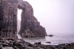 Skrinkle砂岩编组pembrokeshire南威尔士在黎明 库存图片