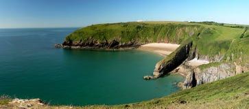 Skrinkle sandiger Strand und Klippen in Pembrokeshire Lizenzfreie Stockfotografie