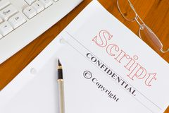 Skript-Manuskript auf Schreibtisch mit Stift Stockfotografie