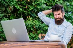 Skriv artikeln för online-tidskrift Man som söker efter inspiration Finna ämnet för att skriva Skäggigt surfa för hipsterbärbar d royaltyfria foton