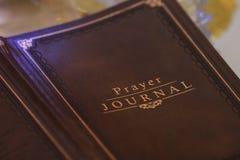 Skriv dina böner i en tidskrift royaltyfri foto