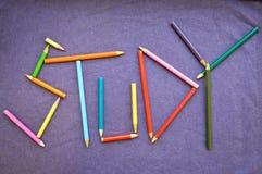 Skriv en skriftlig studie i kulöra blyertspennor Arkivfoto