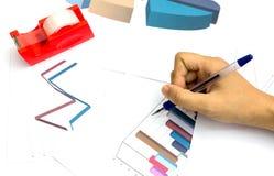 Skriv grafen och diagrammet för rapportarbetsmarknadsföring Fotografering för Bildbyråer