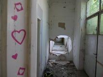 Skriv in in i otvungenhet demolerat hus royaltyfri bild