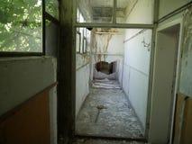 Skriv in in i otvungenhet demolerat hus arkivfoto