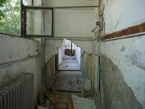Skriv in in i otvungenhet demolerat hus arkivbild