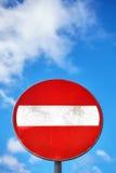 Skriv in inte det runda tecknet mot blå molnig himmel Royaltyfri Fotografi