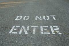 Skriv in inte flåsad typ på den svarta grov asfaltbeläggninggatan royaltyfri bild