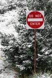 Skriv in inte gatan undertecknar in vintersnö på vägen royaltyfria foton