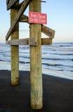 Skriv in inte tecknet på stranden Royaltyfria Bilder
