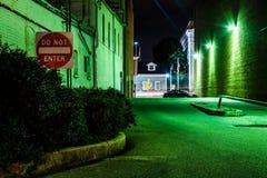 Skriv in inte undertecknar in en mörk gränd på natten i Hannover, Pennsylva fotografering för bildbyråer