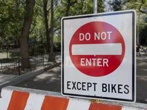 Skriv in inte utom cyklar arkivfoton