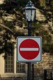 Skriv in inte vägmärket på en tappninglyktstolpe arkivbilder