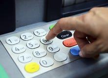 Skriv in lösenordet i ATM-maskinen Arkivfoto