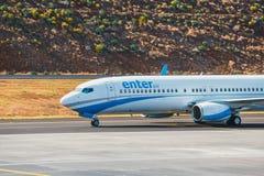 Skriv in luft Boeing 737 länder på Funchal Cristiano Ronaldo Airport Denna flygplats är en av mest arkivbild