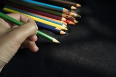 Skriv med de färgrika blyertspennorna royaltyfria bilder