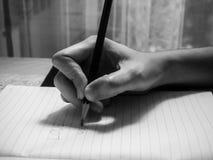 Skriv orden som är förälskade med en blyertspenna arkivfoton