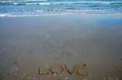 Skriv ordförälskelse på stranden Fotografering för Bildbyråer