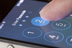 Skriv in passcodeskärmen av en iPhone Fotografering för Bildbyråer