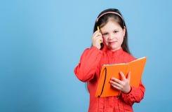 Skriv sammansättning Litteraturklubba personlig dagbok lär studyen Poesiförfattare Flickahållbok och pennblått arkivbilder
