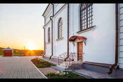 Skriv in till den ortodoxa kyrkan på solnedgång Arkivfoto