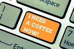 Skriva anmärkningen som visar behöver jag, ett kaffe nu Affärsfotoet som ställer ut den varma drycken som krävs att vara motivera arkivbild