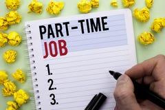 Skriva anmärkningen som visar deltids- jobb Affärsfotoet som ställer ut arbeta några timmar per begränsat tillfälligt arbete för  Arkivbild