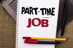 Skriva anmärkningen som visar deltids- jobb Affärsfotoet som ställer ut arbeta några timmar per begränsat tillfälligt arbete för  Arkivfoton