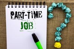 Skriva anmärkningen som visar deltids- jobb Affärsfotoet som ställer ut arbeta några timmar per begränsat tillfälligt arbete för  Arkivfoto