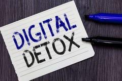 Skriva anmärkningen som visar den Digital detoxen Affärsfoto som fritt ställer ut av Disconnect för elektroniska apparater för at arkivbilder