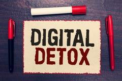 Skriva anmärkningen som visar den Digital detoxen Affärsfotoet som fritt ställer ut av Disconnect för elektroniska apparater för  royaltyfria foton