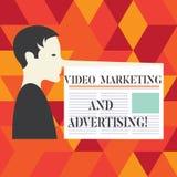 Skriva anmärkningen som visar den videopd marknadsföringen och annonserar Affärsfoto som ställer ut mannen för strategi för optim arkivbilder