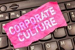 Skriva anmärkningen som visar företags kultur Affärsfotoet som ställer ut troar och idéer, som ett företag har delat, värderar royaltyfri bild
