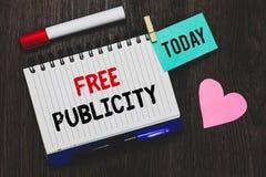 Skriva anmärkningen som visar fri publicitet Affärsfotoet som ställer ut den befordrings- ledaren för marknadsföringsmassmediaPR, arkivfoto
