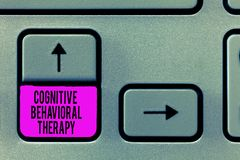 Skriva anmärkningen som visar kognitiv beteende- terapi Affärsfoto som ställer ut psykologisk behandling för mentalt royaltyfria bilder