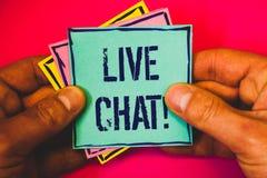 Skriva anmärkningen som visar Live Chat Motivational Call Affärsfotoet som ställer ut realtidsmassmediakonversation meddelar dire Arkivbilder