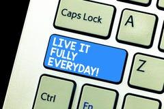 Skriva anmärkningen som visar Live It Fully Everyday Att ställa ut för affärsfoto det är optimistiskt tycker om lyckad livlycka royaltyfri fotografi